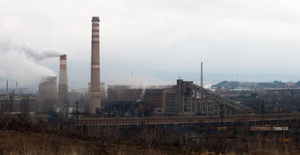 Image: Smokestacks in Pernik in front of a twon submerged in smog.