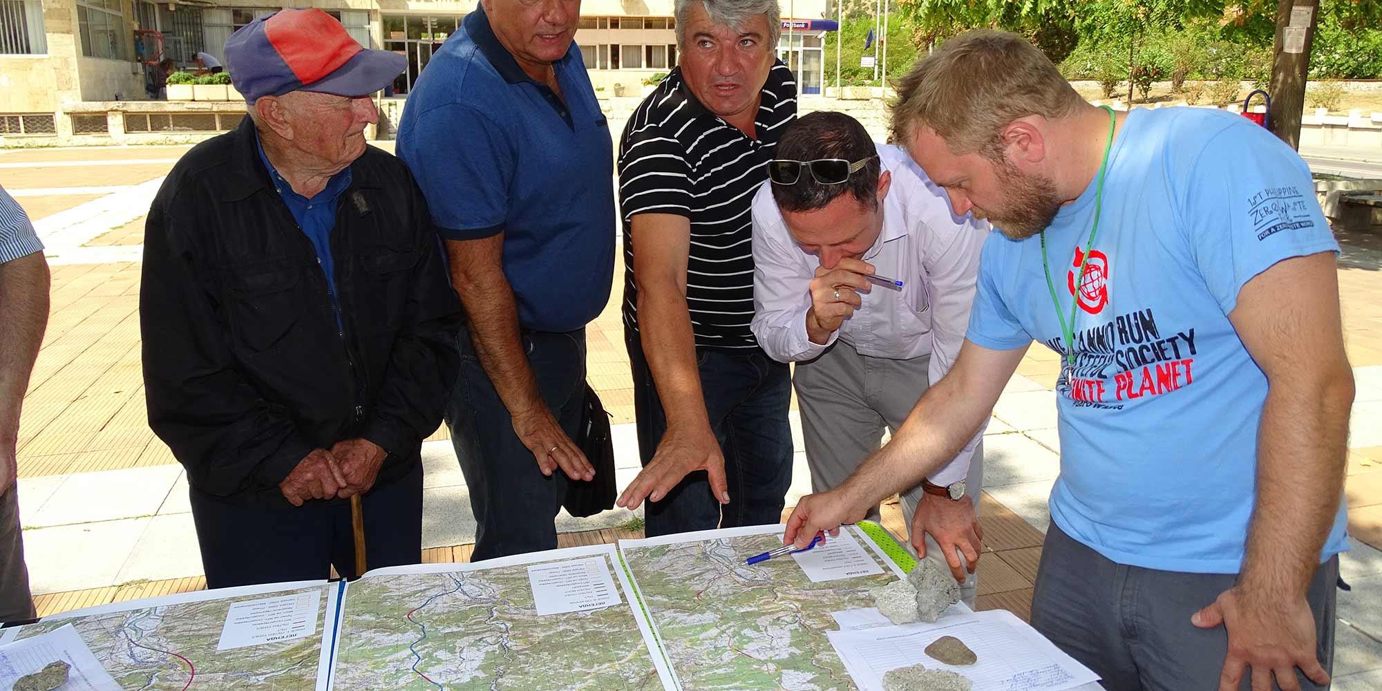 Местные жители города Кресна рассматривают стенд с альтернативными маршрутами для автомагистрали Струма.