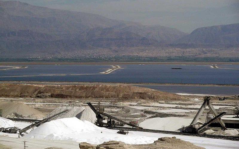 Dead sea mining (Photo by Ranbar CC-BY-SA-3.0)